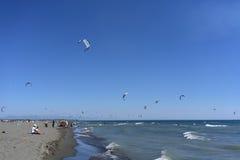 Obrazki Long Beach w Montenegro spotkaniu kitesurfers 03- Obraz Stock