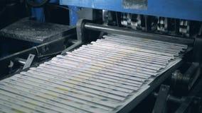 Obrazkowy fałdowy papier rusza się wzdłuż konwejeru paska zdjęcie wideo