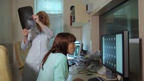 Obrazu cyfrowego badania medyczne /examination w nowożytnym szpitalu MRI ekrany z lekarką i maszyna zbiory