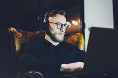 Obrazuje brodatego biznesmena jest ubranym szkła loft relaksującego nowożytnego biuro Mężczyzna obsiadanie w rocznika krześle, sł fotografia stock