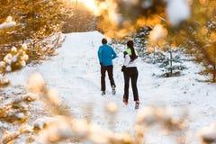 Obrazuje od plecy bieg dwa atlety w zima parku obrazy stock