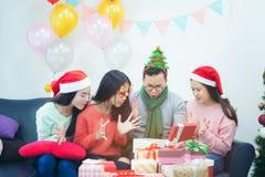 Obrazuje pokazywać grupy przyjaciele świętuje boże narodzenia w domu zdjęcie royalty free
