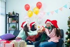 Obrazuje pokazywać grupy przyjaciele świętuje boże narodzenia w domu zdjęcia stock