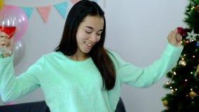Obrazuje pokazywać grupy przyjaciele świętuje boże narodzenia w domu zbiory wideo