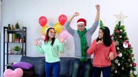 Obrazuje pokazywać grupy przyjaciele świętuje boże narodzenia w domu zdjęcie wideo