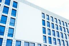 Obrazuje wielkiego pustego billboard, pokaz na nowożytnym drapaczu chmur w centrum dużym mieście dla reklamować horyzontalny Mock fotografia stock
