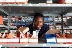 Obrero With Clipboard In Warehouse foto de archivo