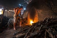 Obrero del carbón de leña imágenes de archivo libres de regalías