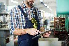 Obrero irreconocible usando la tableta imagenes de archivo