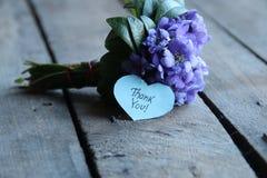 Obrigado, escrito na etiqueta dada forma coração foto de stock royalty free