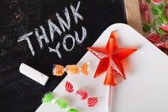 Obrigado espaçar escrito em um quadro-negro com giz, caramelo, doces, estrela, varinha, dia de Valentim, pirulito do guloso Foto de Stock Royalty Free