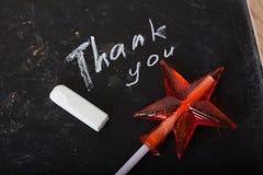 Obrigado espaçar escrito em um quadro-negro com giz, caramelo, doces, estrela, varinha, dia de Valentim, pirulito do guloso Imagem de Stock