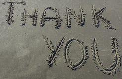 Obrigado mensagem escrita na areia Imagem de Stock Royalty Free