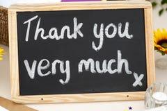 Obrigado muita mensagem escrita no giz em um blackboa pequeno imagens de stock