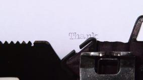 Obrigado palavras em letras de bloco em uma folha de papel Fim acima video estoque