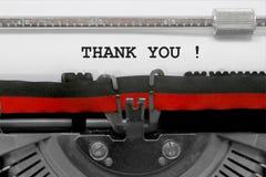 Obrigado text pela máquina de escrever velha no Livro Branco imagem de stock