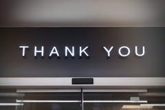Obrigado tipo de exposição do retalho da loja do signage na parede preta imagens de stock