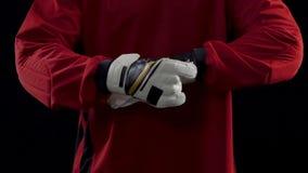Obrońcy kładzenie dalej, naprawianie i jego sport rękawiczki, przygotowywać dla brać się do piłkę zbiory