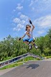 Obrotnej młodej dziewczyny rolkowy łyżwiarstwo Zdjęcia Royalty Free