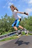 Obrotnej młodej dziewczyny rolkowy łyżwiarstwo Obraz Royalty Free