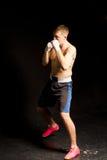 Obrotny młody bokser w drodze w pierścionku Obrazy Royalty Free