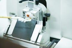 Obrotowa Microtome sekcja dla diagnozy w patologii robi microsc zdjęcia stock