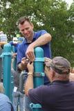Obrotowi członkowie od społeczności pomaga budować boisko dla dzieci obrazy royalty free