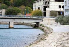 Obrovac Croaia Brücke und ruiniertes Gebäude Stockbilder