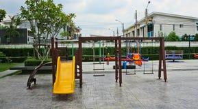 Obruszenie i huśtawki w children& x27; s boisko zdjęcia royalty free