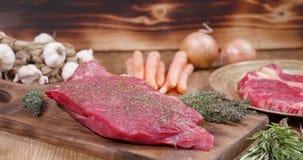 Obruszenie w kierunku dobrze przyprawiającego kawałka surowy mięso zdjęcie wideo