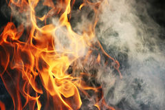 Obrządkowy taniec ogień i dym przeciw tłu zielona trawa trzy elementy Zdjęcia Royalty Free