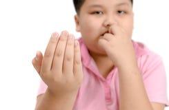Obrzydzający gryźć paznokcie na chłopiec ręce odizolowywającej obraz stock