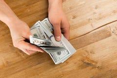 Obsługuje obliczenie nowy my dolary na drewnianym stole fotografia stock
