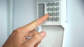 Obsługuje wchodzić do hasło na domowym system bezpieczeństwa, rabunek ochrona, zakończenie w górę obraz stock