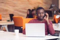 Obsługa Klienta agent w początkowym biurze z laptopem Zdjęcie Royalty Free