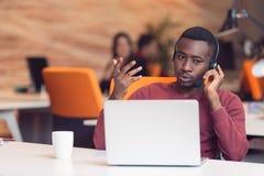 Obsługa Klienta agent w początkowym biurze z laptopem Zdjęcia Stock