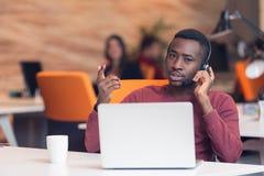 Obsługa Klienta agent w początkowym biurze z laptopem Obraz Stock