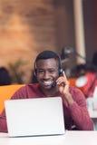 Obsługa Klienta agent w początkowym biurze z laptopem Zdjęcia Royalty Free