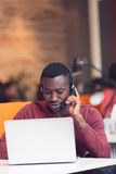 Obsługa Klienta agent w początkowym biurze z laptopem Obrazy Royalty Free