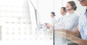 Obsługa klienta asystenci z słuchawkami z jaskrawym biurowym tłem obrazy stock
