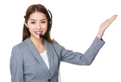 Obsługi klienta biurowe z ręką pokazuje coś Obraz Royalty Free