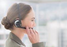 Obsługi klienta kierownictwo opowiada z klientem w słuchawki Zdjęcia Royalty Free