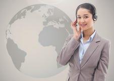 Obsługi klienta kobieta w słuchawki przeciw kuli ziemskiej w tle Zdjęcia Stock