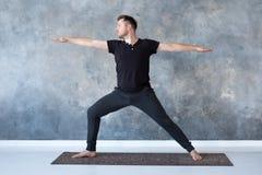 Obsługuje ćwiczy joga w pracownianej robi wojownika 2 pozie zdjęcie royalty free