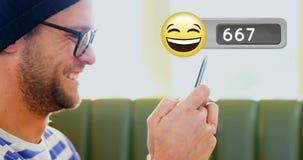 Obsługuje śmiać się podczas gdy pisać na maszynie na jego telefonie 4k zdjęcie wideo