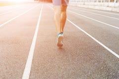 Obsługuje atleta biegacza cieki i buty biega wzdłuż stadium pasów ruchu Zdjęcia Royalty Free