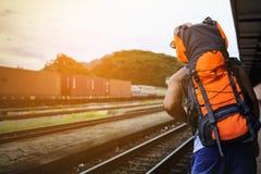 Obsługuje Azjatyckiego plecaka przyglądającego pociąg przy dworcem w Tajlandia Zdjęcie Royalty Free