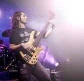 Obsługuje bawić się basową gitarę w żywej koncertowej sekwenci Muzyka na żywo tło Zdjęcie Royalty Free