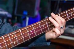 Obsługuje bawić się basową gitarę w czerni i kolorze żółtym Obrazy Royalty Free