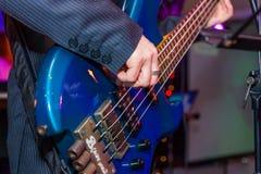 Obsługuje bawić się basową gitarę w czerni i kolorze żółtym Obraz Stock